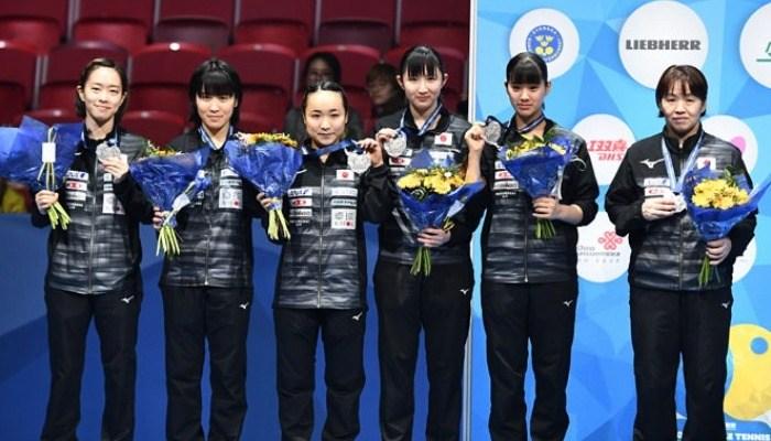 表彰式での日本女子。「さらに強いチームにならないといけない」(石川)