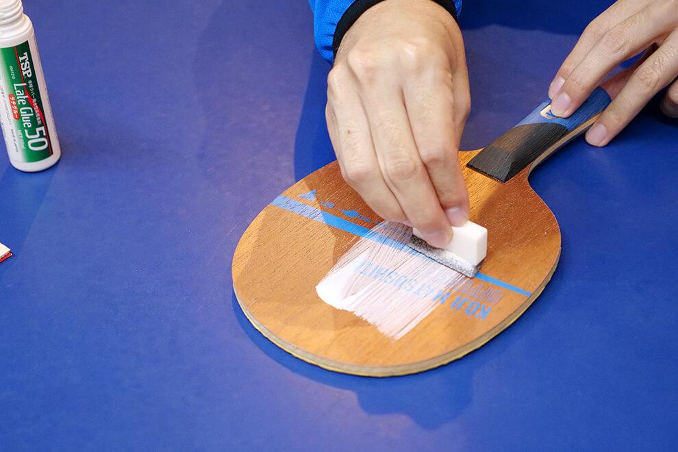 Tスポンジで軽く押さえながら丁寧に均一に塗る